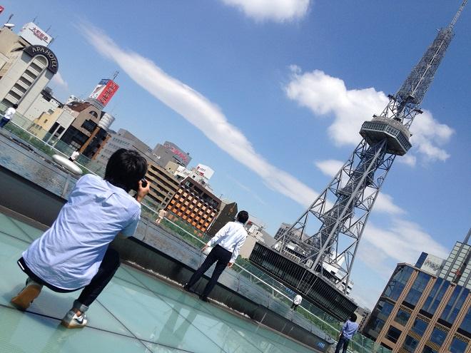 テレビ塔を見上げる